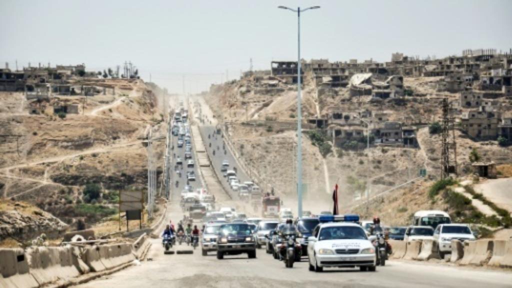 عربات عسكرية للقوات الحكومية على الطريق بين حمص وحماة.  6 يونيو 2018.