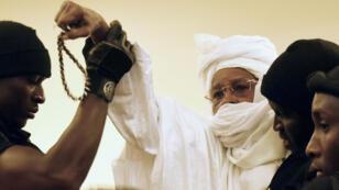 L'ancien dirigeant tchadien Hissène Habré amené de force au tribunal à Dakar, le 20 juillet 2015.