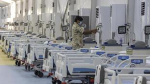 أحد عناصر الأمن في البحرين لدى تفقده معدات الفحص في مستشفى سترة الميداني بتاريخ 4 أيار/مايو 2020