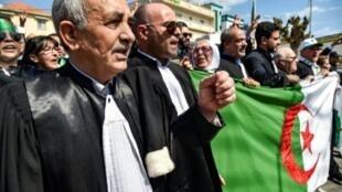 محامون وقضاة جزائريون يتظاهرون أمام مقر وزارة العدل في الجزائر العاصمة في 13 نيسان/أبريل 2019