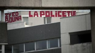 Un graffiti sur une facade d'immeuble non loin de la cour de Rennes.