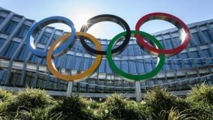 Una foto tomada el 24 de marzo de 2020 de los anillos olímpicos situados frente a la sede del Comité Olímpico Internacional (COI) en Lausana, Suiza, en medio de la propagación del COVID-19