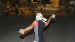منح قوات الشرطة والأمن الإسرائيلية صلاحية إطلاق الرصاص الحي على راشقي الحجارة