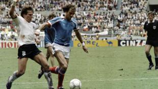 Le défenseur français Patrick Battiston dans un duel face à l'Allemand Lothar Matthäus, le25 juin 1986, à Guadalajara, au Mexique.