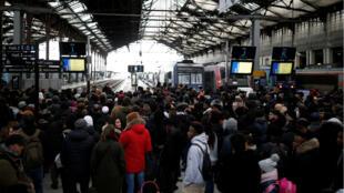 Des usagers de la SNCF, à la gare de Lyon, à Paris, le 8 décembre 2019.