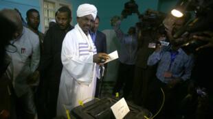 Le 13 avril, le dictateur Omar el-Béchir, assuré d'être réélu, a voté dans la capitale Khartoum.