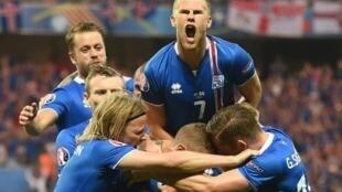 فرحة لاعبي آيسلندا بعد هذا الإنجاز التاريخي.