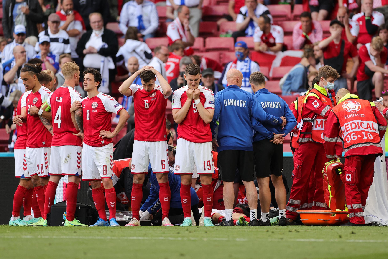 Les joueurs danois entourant leur coéquipier Christian Eriksen alors qu'on lui prodigue un massage cardiaque.