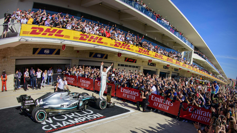 El piloto de Mercedes, Lewis Hamilton, celebra haber ganado su sexto campeonato mundial, tras terminar en segundo lugar en el Gran Premio de EE. UU., en el Circuito de las Américas de Austin.