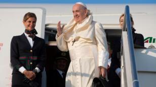 El papa Francisco aborda un avión en el aeropuerto italiano de Fiumicino para comenzar su visita a las naciones africanas de Mozambique, Madagascar y Mauricio.