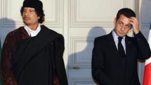 El presidente francés Nicolas Sarkozy y el líder libio Muammar Gaddafi durante la firma de 10 mil millones de euros en contratos comerciales entre los dos países en el Palacio del Elíseo en París el 10 de diciembre de 2007.
