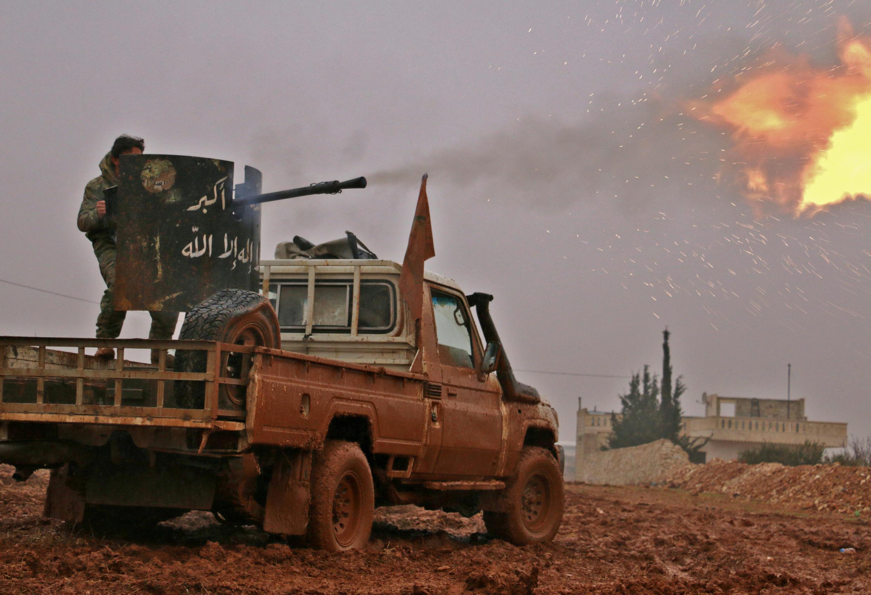"""سيارة تظهر عليها شعارات تنظيم """"الدولة الإسلامية"""""""