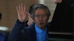 L'ex-président péruvien Alberto Fujimori saluant la foule à sa sortie de clinique, le 4 janvier 2018.