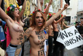 """Les militantes féministes de Femen ont établi leur camp d'entraînement à un """"nouveau féminisme"""" à Paris. © Sarah Leduc"""