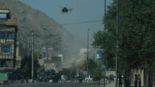 De la fumée s'élève près de la mosquée Eidgah, à Kaboul, durant des affrontements entre les forces de sécurité afghanes et des assaillants, le 21 août 2018.