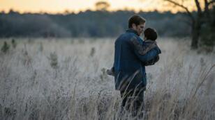 L'enfant prodige Alton (Jaeden Lieberher) et son père Roy (Michael Shannon) en fuite sur les routes américaines.