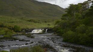 Les Aasleagh Falls sont un ensemble de cascades situées en plein cœur du Connemara, en Irlande.