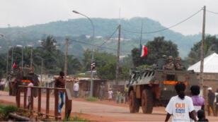 Véhicules blindés de l'armée française en patrouille à Bangui, le 31 août