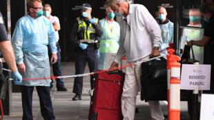 Viajeros llegan a un hotel en Melbourne, Australia, para ser puestos en cuarentena el 7 de diciembre de 2020