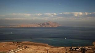 صورة التقطت من نافذة طائرة فوق شرم الشيخ في 14 يناير 2014 تظهر جزيرة تيران وخلفها صنافير
