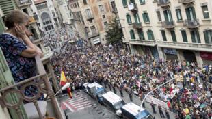 Miles de estudiantes se manifiestan por el centro de Barcelona, a su paso ante la Jefatura Superior de la Policía, custodiada por los Mossos, durante la jornada de paro, avalada por algunos sindicatos, entidades soberanistas y otras formaciones , en protesta por la actuación policial durante el referéndum organizado el pasado domingo 1 de octubre.