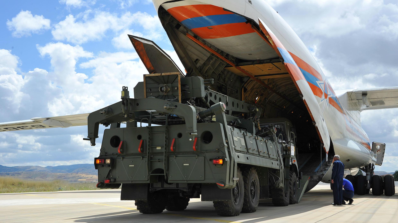 Las primeras partes de un sistema ruso de defensa con misiles S-400 se descargan desde un avión ruso en el Aeropuerto Murted, conocido como Base Aérea Akinci, cerca de Ankara, Turquía, 12 de julio de 2019.