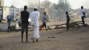 Des habitants bloquent une rue latérale de Khartoum, la capitale soudanaise, pour empêcher les véhicules militaires de circuler, le 4 juin 2019.
