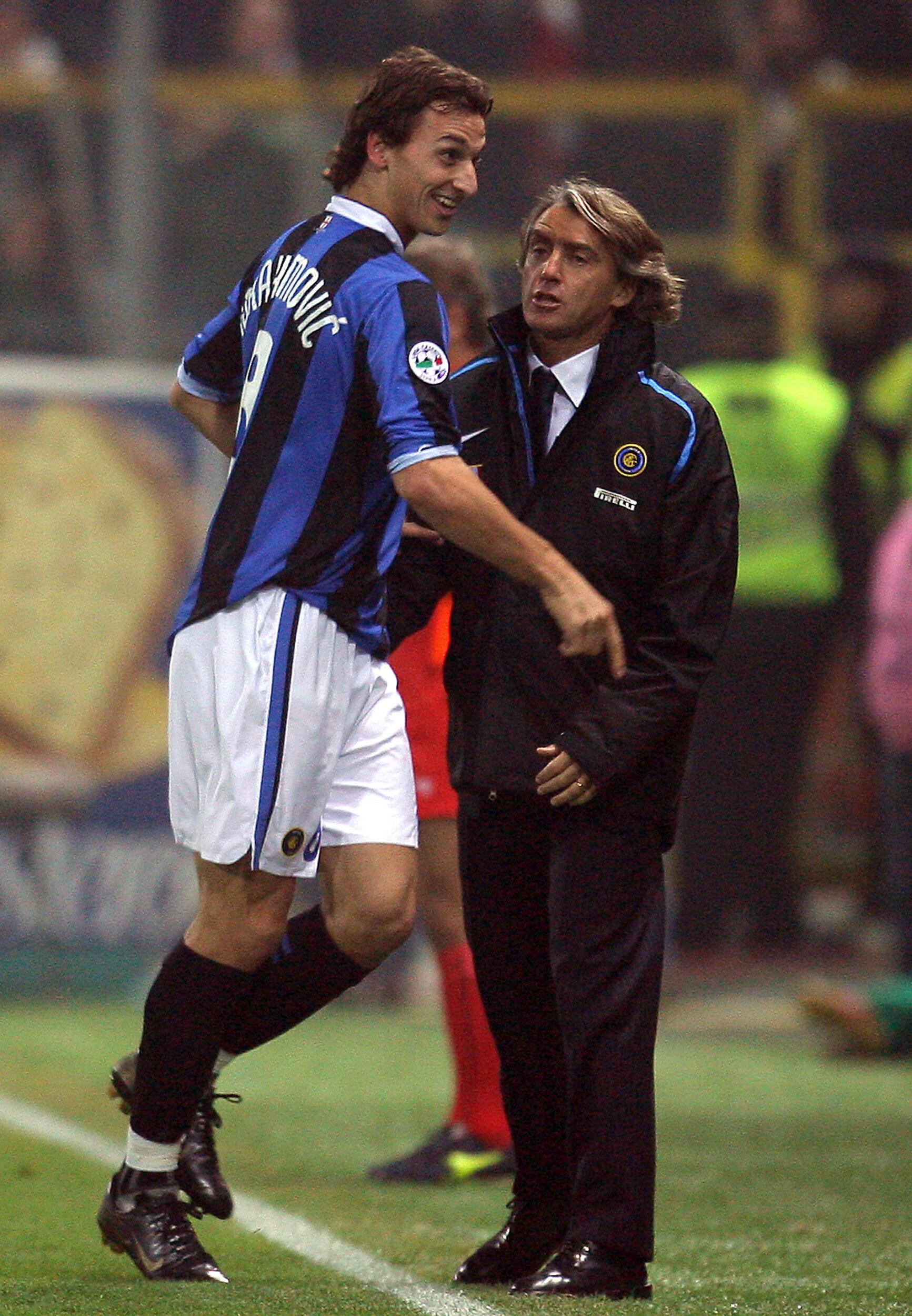 Zlatan Ibrahimovic in maglia dell'Inter con il suo allenatore all'epoca Roberto Mancini sul prato del Parma in serie A il 12 novembre 2006