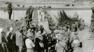 Les troupes britanniques traversant le Diala en Mésopotamie durant la Première guerre mondiale, en juin 1916.
