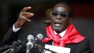 L'ancien président zimbabwéen, Robert Mugabe, lors des célébrations marquant son 90e anniversaire à Marondera, au Zimbabwe, le 23 février 2014..