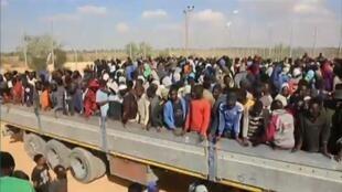 شاحنة تقل مهاجرين في ليبيا