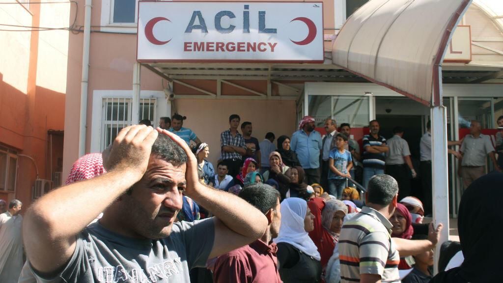 Des blessés affluent vers l'hôpital de Suruc, commune turque proche de la frontière syrienne, après l'offensive de l'EI sur la ville kurde de Kobané.
