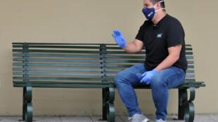 Gustavo Ycaza, soporte de una familia de cuatro miembros, logró cubrir 21.500 de los 51.000 dólares de la cuenta por la internación privada de su madre, que falleció por el coronavirus en abril