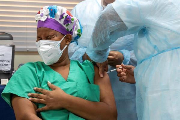Trabajadores de la Salud ponen la primera vacuna contra la Covid-19 en República Dominicana.