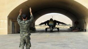 Un jet del ejército sirio es guiado fuera del hangar en el aeropuerto militar de Dmeir, a 50 kilómetros al noreste de Damasco, el 8 de abril de 2016 (Imagen de archivo).