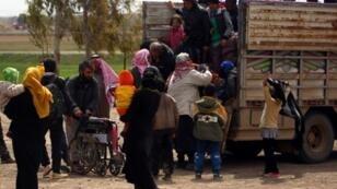 سوريون نزحوا من الرقة يصلون إلى مخيم عين عيسى في 31 آذار/مارس 2017