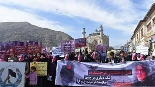 نشطاء يتظاهرون واضعين أقنعة تمثل الأفغانية التي ضربت حتى الموت، كابول في 23 آذار/مارس 2015