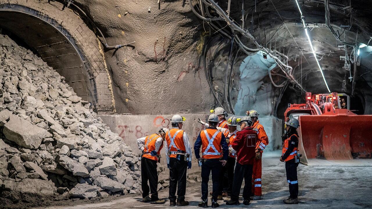 Imagen de archivo difundida por la Presidencia de Chile que muestra a Sebastián Piñera visitando las operaciones subterráneas de la mina Chuquicamata en Calama, el 14 de agosto de 2019.