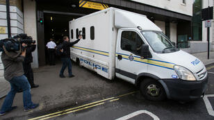 Le véhicule de police transportant Thomas Mair, le meurtrier présumé de Jo Cox.