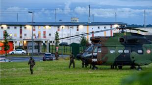 Une patrouille devant le centre pénitentiaire d'Alençon, à Condé-sur-Sarthe, alors qu'une prise d'otages est en cours, le 11 juin 2019.