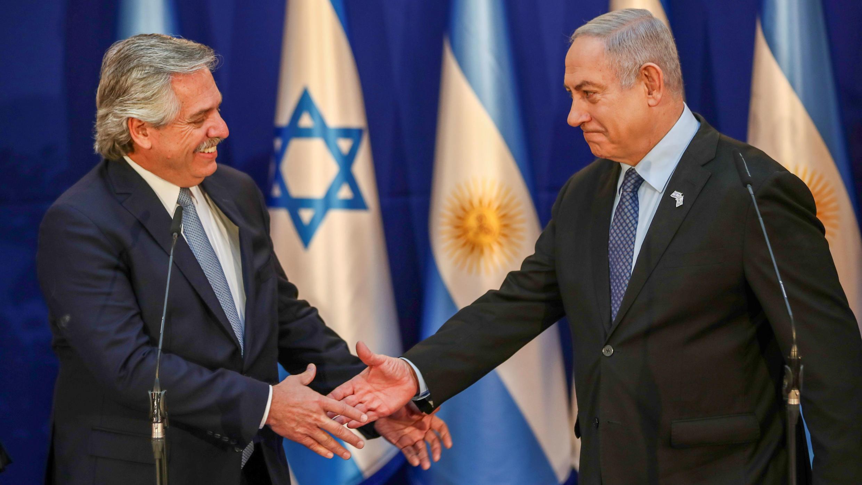 El presidente argentino Alberto Fernández saluda al primer ministro de Israel en funciones, Benjamin Netanyahu, durante un viaje a Jerusalén. 24 de enero de 2020.
