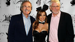 Le PDG d'American Media Inc., David Pecker (gauche), et l'éditorialiste du New York Post, Keith Kelly (droite) entourant  le modèle Hiromi Oshima lors de la soirée des 50 ans de Playboy, le 10 juin 2010 à New York.