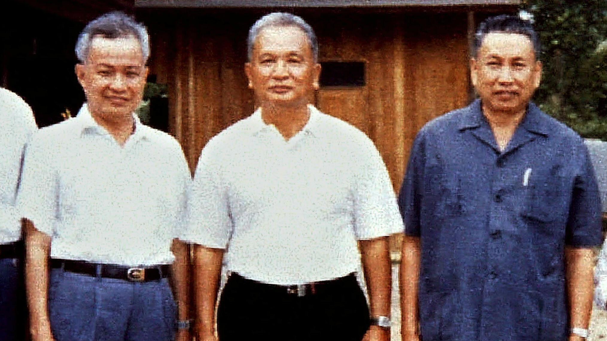 Dos de los principales líderes guerrilleros jemeres rojos, Khieu Samphan y Nuon Chea, se muestran en esta foto de archivo de enero de 1986, tomada en un campamento en Camboya occidental.