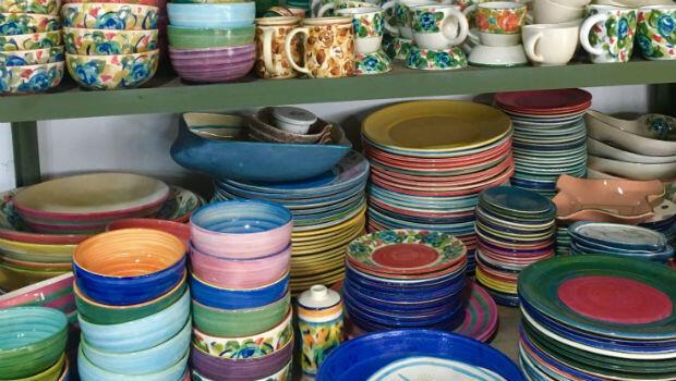 Decenas de platos y tazas llenan los estantes del taller de cerámica en Huila, Colombia.
