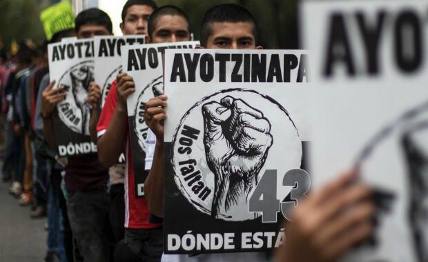 Activistas marchan para conmemorar el tercer aniversario de la desaparición de los 43 estudiantes de Ayotzinapa desaparecidos en septiembre de 2014 en Iguala, en el estado de Guerrero, suroeste del país, en la Ciudad de México el 26 de septiembre de 2017.