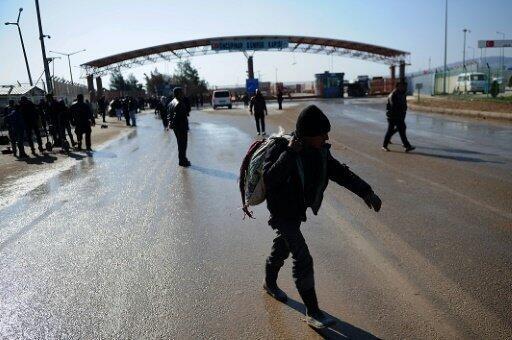 طفل سوري بعد عبوره بوابة أونكوبينار الحدودية مع تركيا