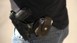 Un pistolet SIG-Sauer porté par un policier à Persan, dans le Val-d'Oise, le 5 septembre 2013.