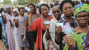 Des Nigérians font la queue pour voter à Abuja, la capitale fédérale du Nigeria, samedi 28 mars.