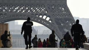 Des policiers près de la tour Eiffel, le 24 décembre 2016.