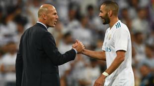 Zinedine Zidane félicitant le joueur français, Karim Benzema, le 16 août 2017, au Stade Santiago Bernabeu, à Madrid.